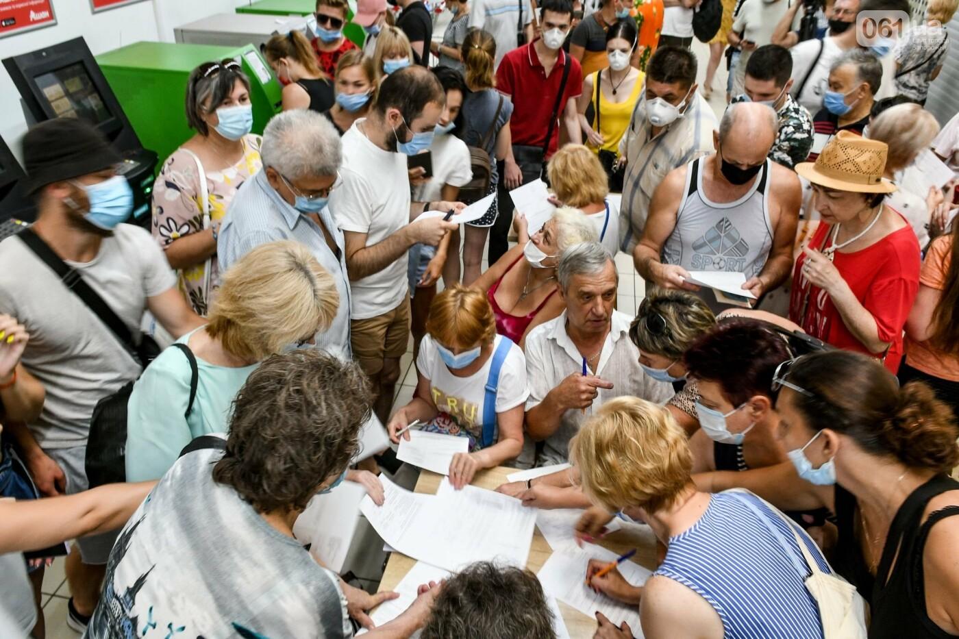 """В Запорожье в """"CITY MALL"""" открылся центр вакцинации: прививают Pfizer, сотни людей стоят в очереди, - ФОТОРЕПОРТАЖ , фото-3"""
