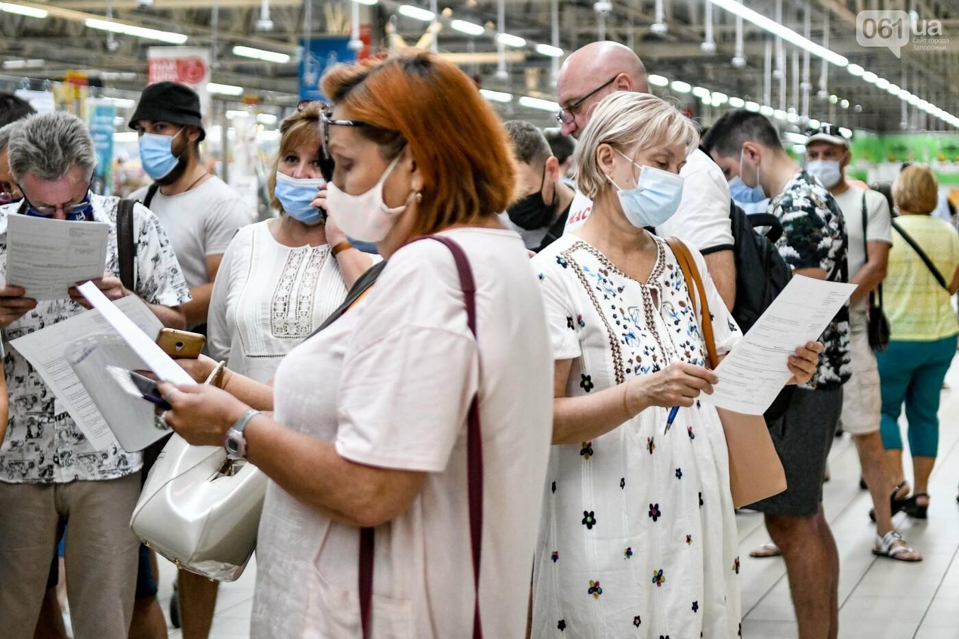 """В Запорожье в """"CITY MALL"""" открылся центр вакцинации: прививают Pfizer, сотни людей стоят в очереди, - ФОТОРЕПОРТАЖ , фото-1"""