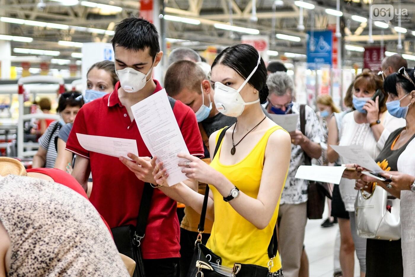 """В Запорожье в """"CITY MALL"""" открылся центр вакцинации: прививают Pfizer, сотни людей стоят в очереди, - ФОТОРЕПОРТАЖ , фото-2"""