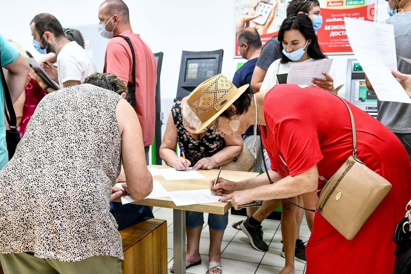 """В Запорожье в """"CITY MALL"""" открылся центр вакцинации: прививают Pfizer, сотни людей стоят в очереди, - ФОТОРЕПОРТАЖ , фото-4"""