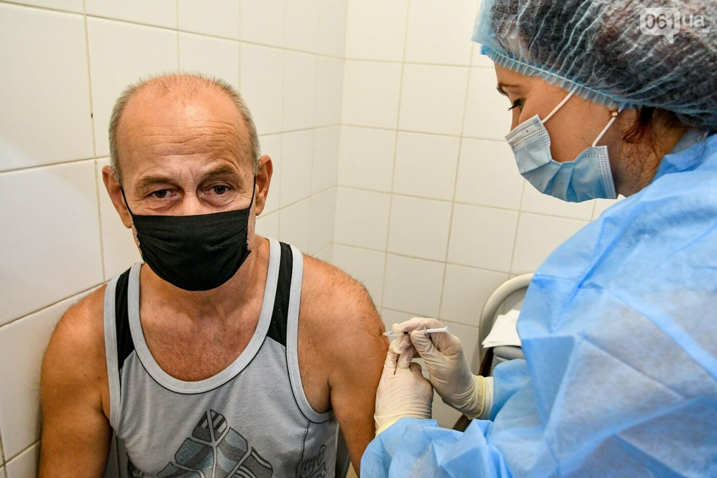 """В Запорожье в """"CITY MALL"""" открылся центр вакцинации: прививают Pfizer, сотни людей стоят в очереди, - ФОТОРЕПОРТАЖ , фото-9"""