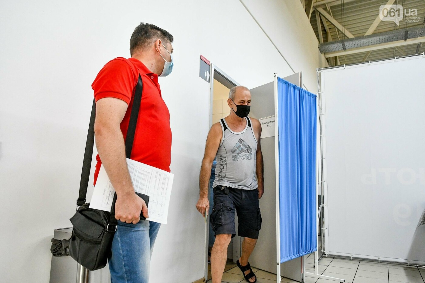 """В Запорожье в """"CITY MALL"""" открылся центр вакцинации: прививают Pfizer, сотни людей стоят в очереди, - ФОТОРЕПОРТАЖ , фото-10"""