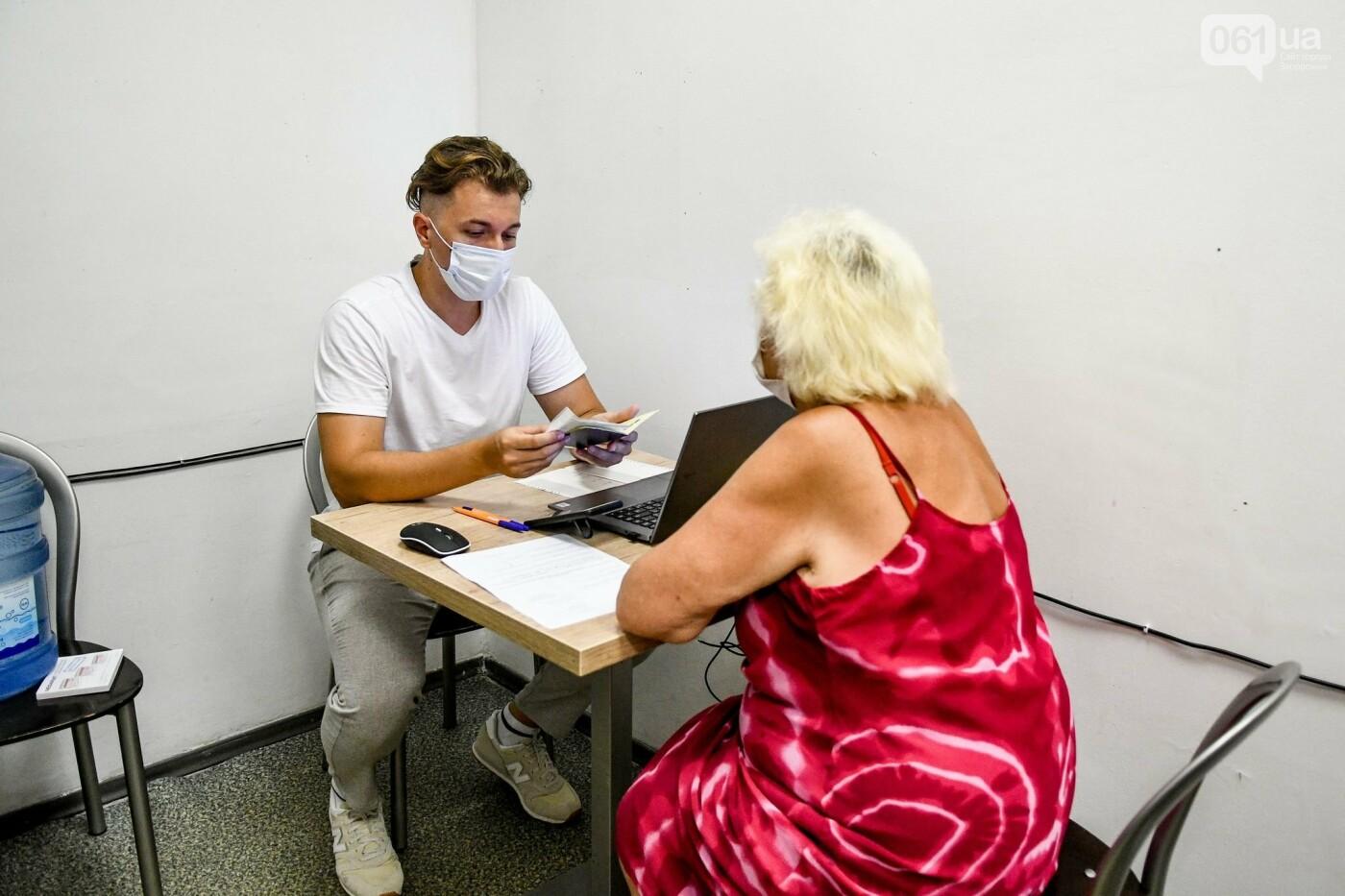 """В Запорожье в """"CITY MALL"""" открылся центр вакцинации: прививают Pfizer, сотни людей стоят в очереди, - ФОТОРЕПОРТАЖ , фото-5"""