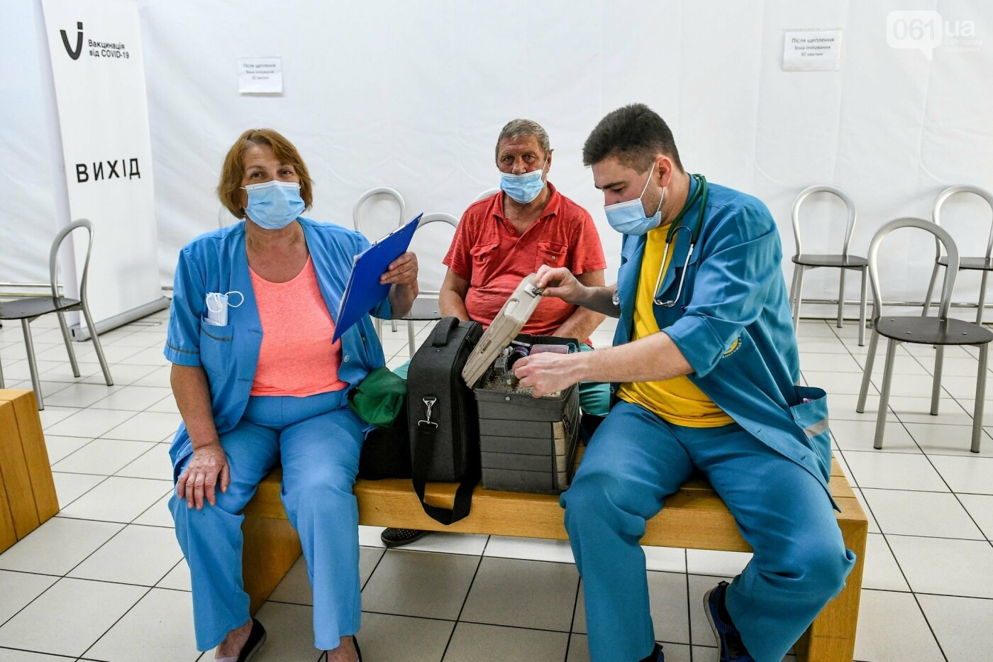 """В Запорожье в """"CITY MALL"""" открылся центр вакцинации: прививают Pfizer, сотни людей стоят в очереди, - ФОТОРЕПОРТАЖ , фото-6"""