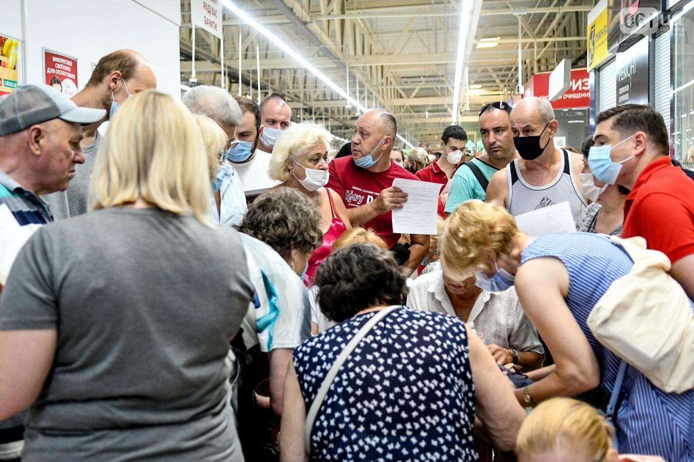 """В Запорожье в """"CITY MALL"""" открылся центр вакцинации: прививают Pfizer, сотни людей стоят в очереди, - ФОТОРЕПОРТАЖ , фото-14"""