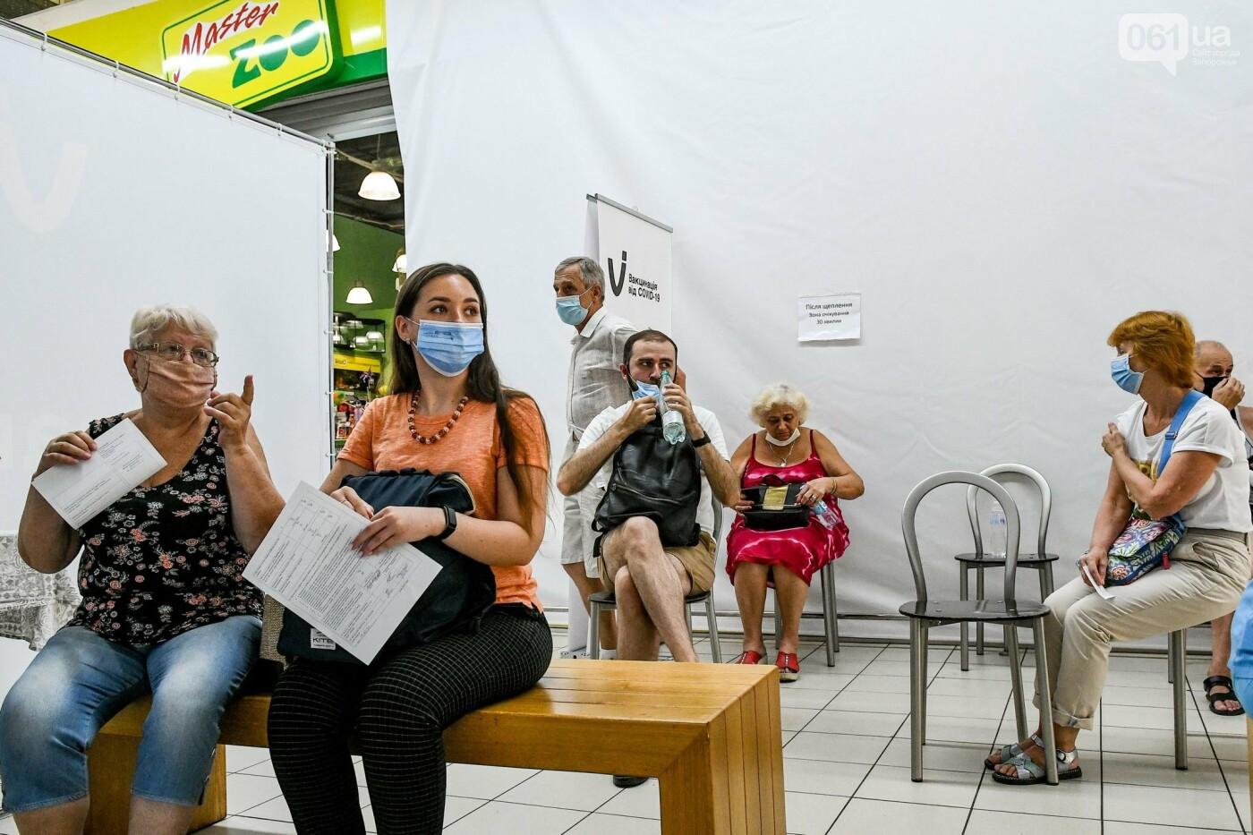 """В Запорожье в """"CITY MALL"""" открылся центр вакцинации: прививают Pfizer, сотни людей стоят в очереди, - ФОТОРЕПОРТАЖ , фото-13"""