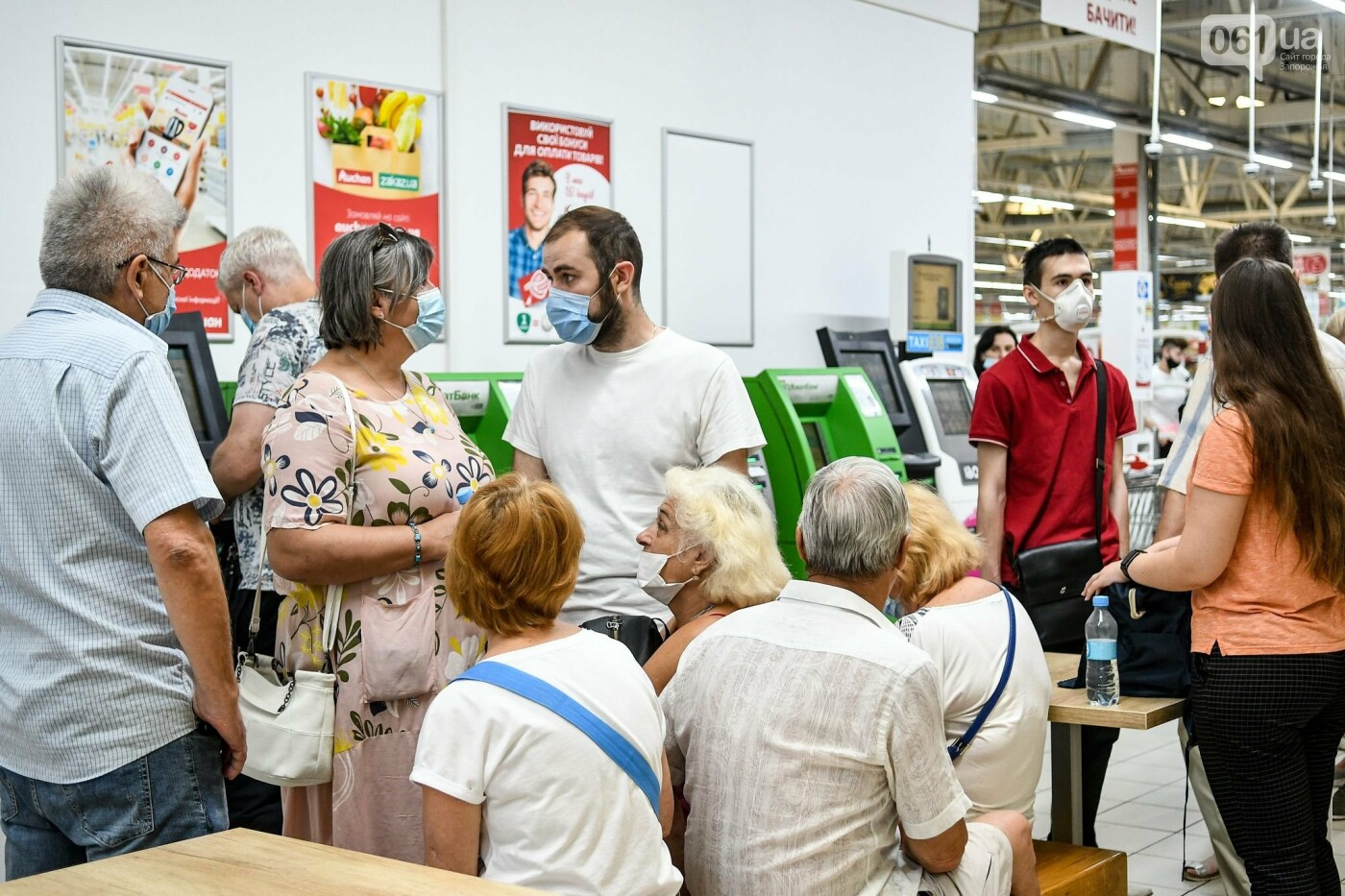 """В Запорожье в """"CITY MALL"""" открылся центр вакцинации: прививают Pfizer, сотни людей стоят в очереди, - ФОТОРЕПОРТАЖ , фото-15"""