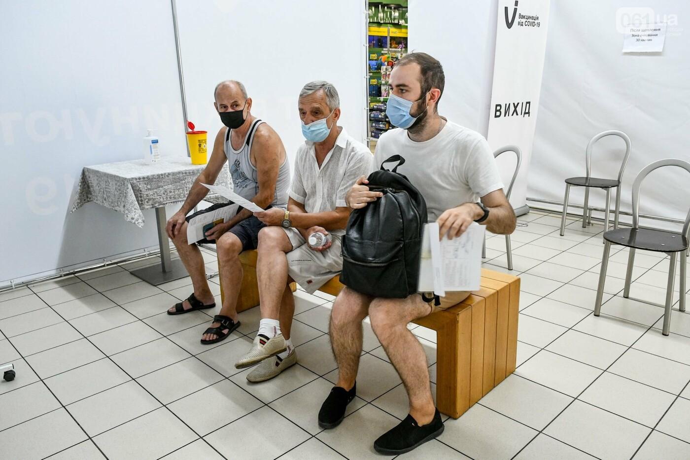"""В Запорожье в """"CITY MALL"""" открылся центр вакцинации: прививают Pfizer, сотни людей стоят в очереди, - ФОТОРЕПОРТАЖ , фото-17"""