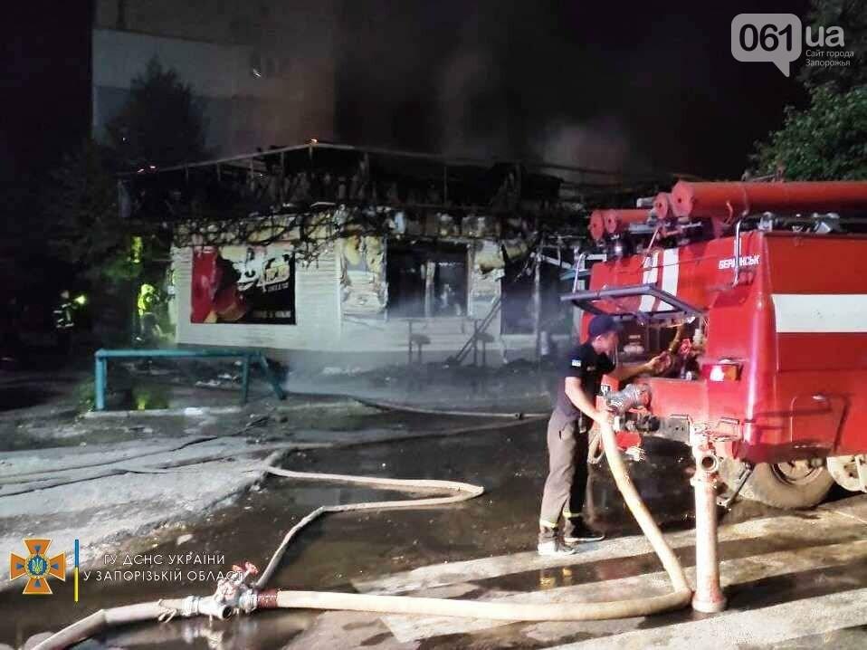 В Бердянске ночью сгорел продуктовый магазин: на месте работал 21 спасатель, фото-5