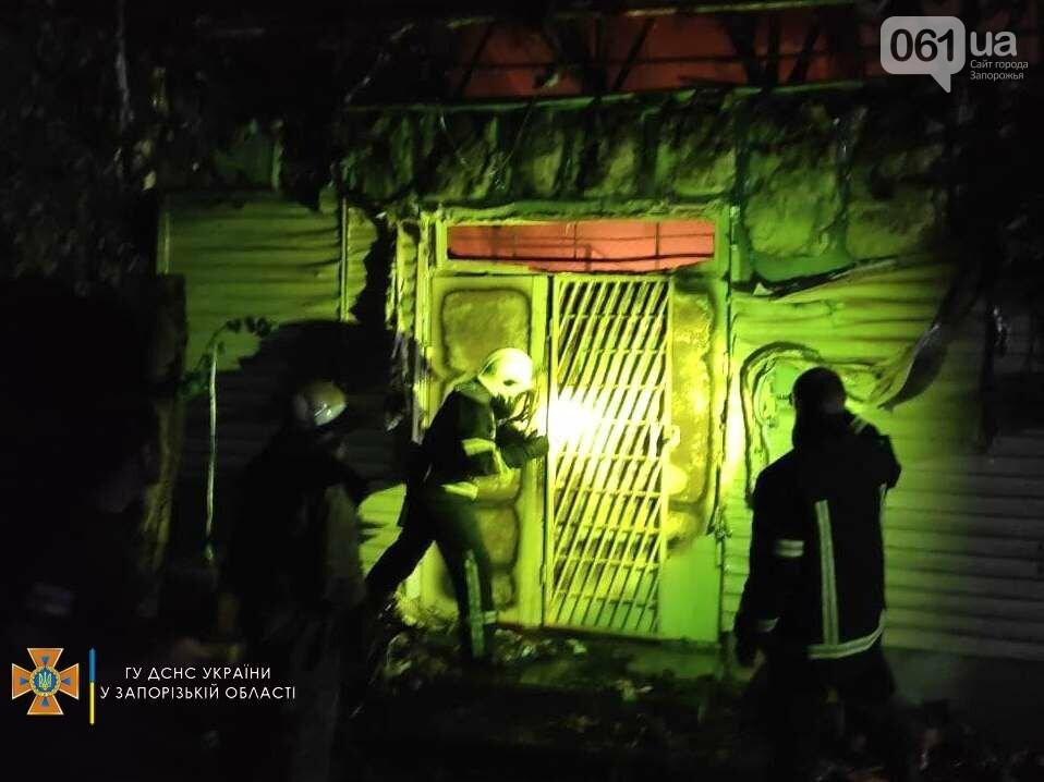 В Бердянске ночью сгорел продуктовый магазин: на месте работал 21 спасатель, фото-4