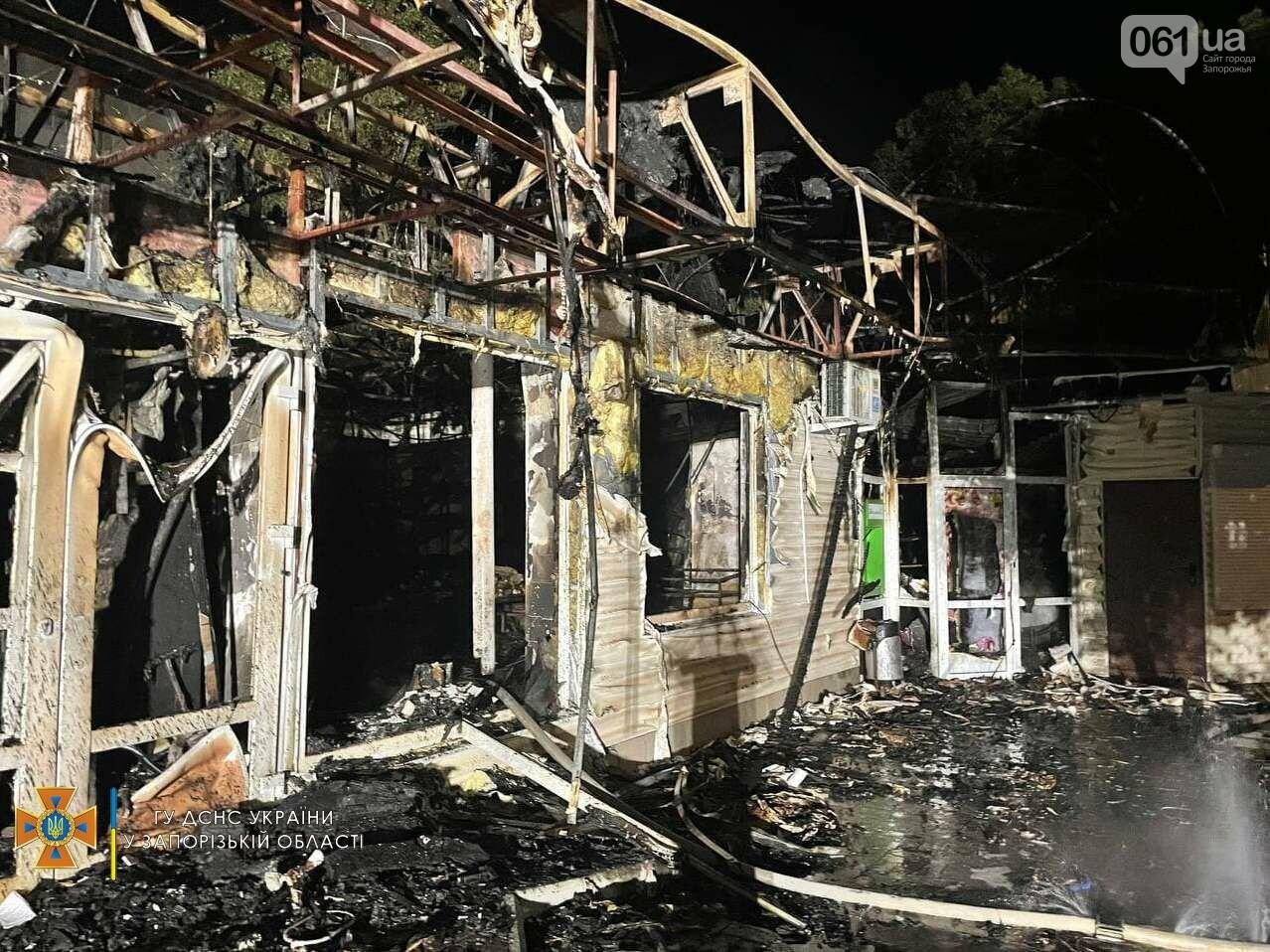 В Бердянске ночью сгорел продуктовый магазин: на месте работал 21 спасатель, фото-2