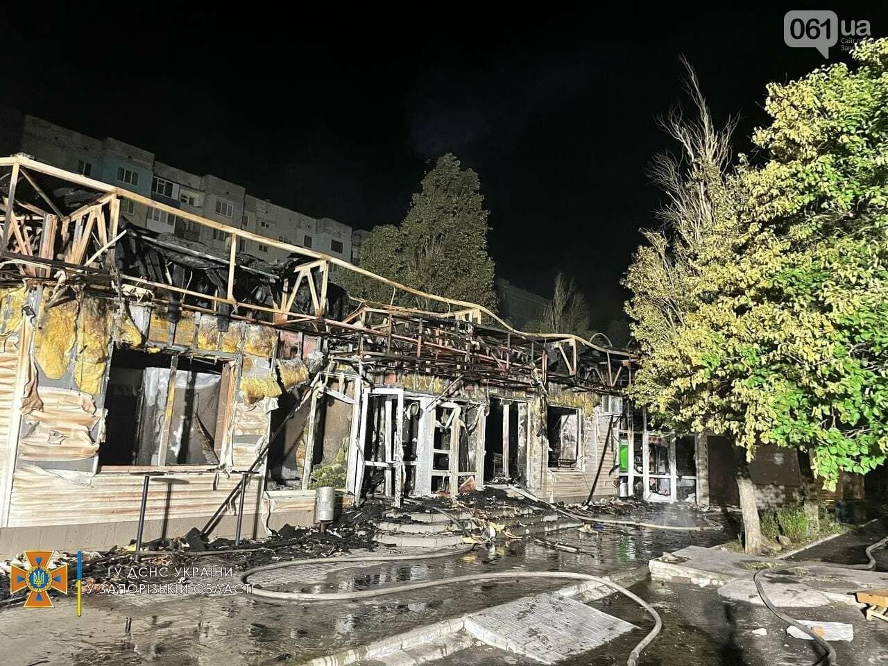 В Бердянске ночью сгорел продуктовый магазин: на месте работал 21 спасатель, фото-1