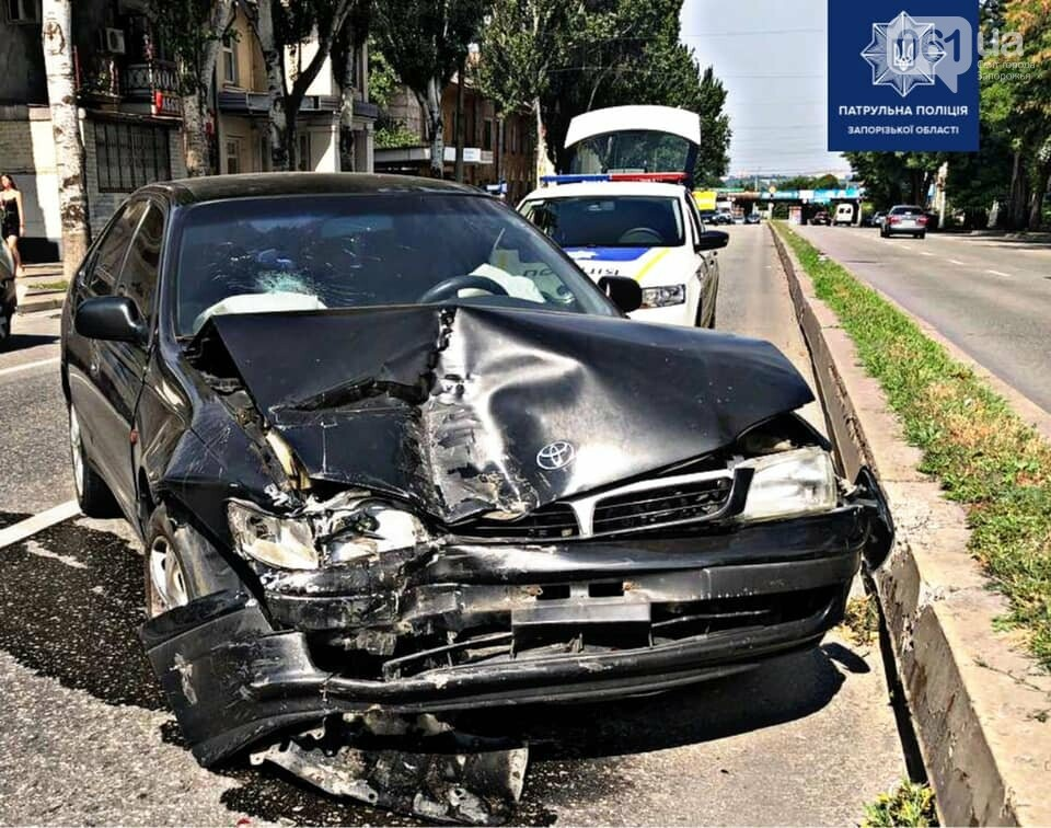 """23389451941999194867527978574563753077557523n 6112729fd3813 - В Запорожье водитель """"Тойоты"""" отвлекся на гаджет и врезался в припаркованное авто"""