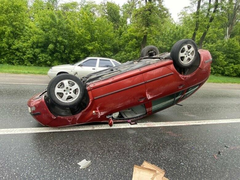 В Запорожье в результате аварии перевернулась машина: один из водителе