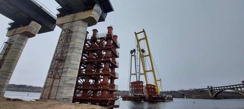 На строительстве запорожских мостов задействованы 389 человек, работают круглосуточно