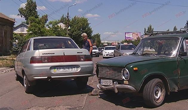 В Бердянске два ВАЗа не поделили дорогу, - ФОТО, фото-1