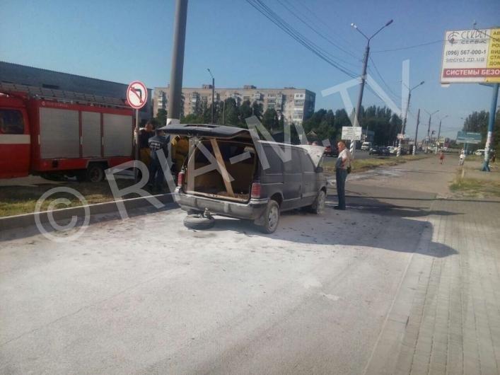В Мелитополе у автомобиля на ходу загорелся мотор, - ФОТО, фото-1