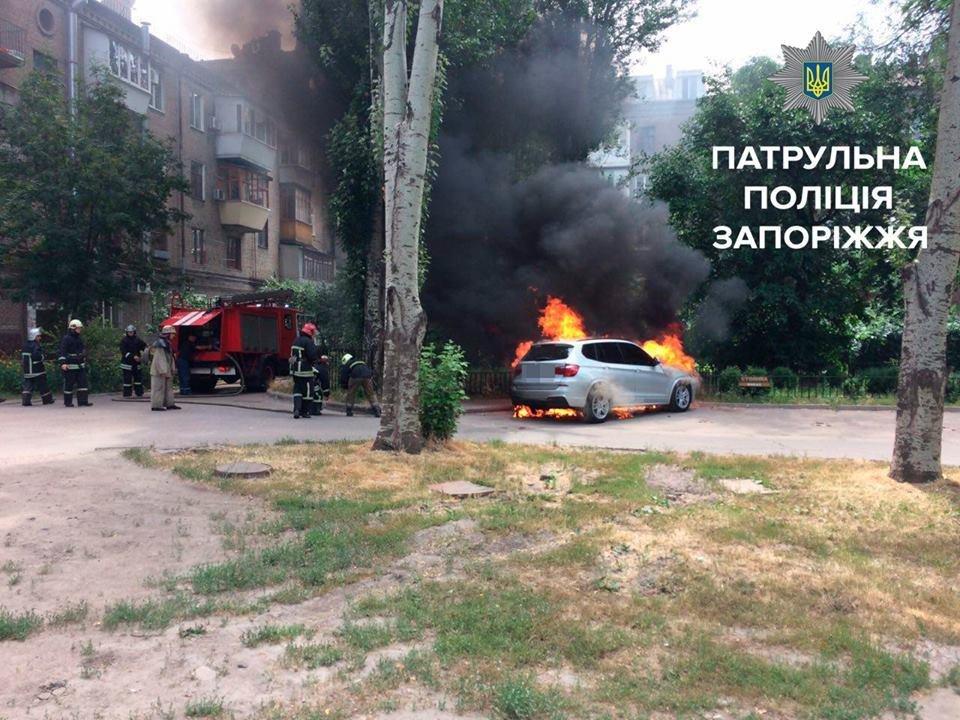В центре Запорожья сгорели Volkswagen, Audi и BMW, - ФОТО, фото-1