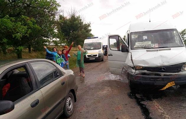 В Запорожской области автобус врезался в авто, притормозившее перед ямой, - ФОТО , фото-1