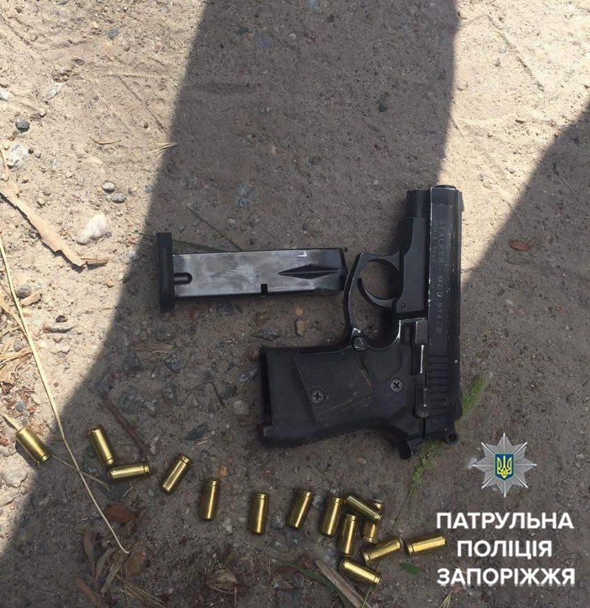 В Запорожье мужчина угрожал патрульным пистолетом: его обезвредили слезоточивым газом, - ФОТО , фото-1