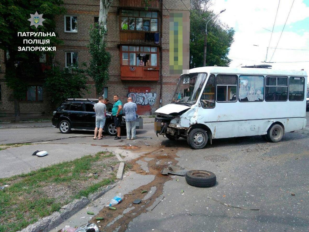 В центре Запорожья произошло ДТП с маршруткой: одного из водителей госпитализировали, — ФОТО, фото-3