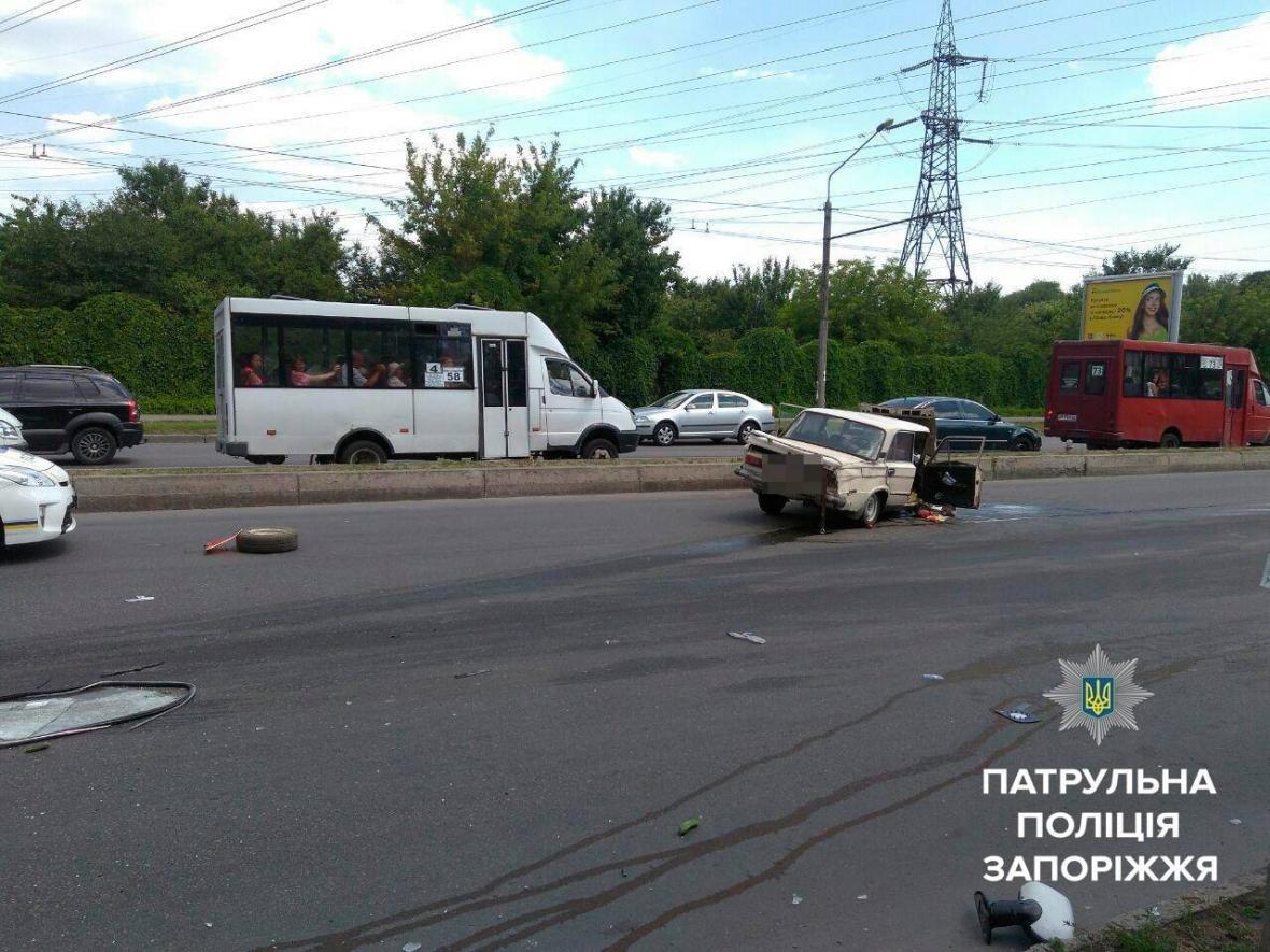 В центре Запорожья произошло ДТП с маршруткой: одного из водителей госпитализировали, — ФОТО, фото-2
