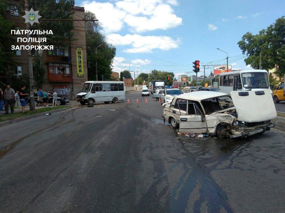 В центре Запорожья произошло ДТП с маршруткой: одного из водителей госпитализировали, — ФОТО, фото-1