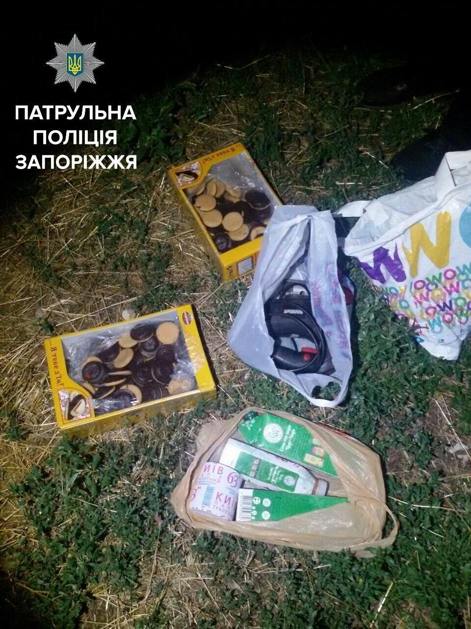 Две коробки печенья, сок и лобзик: в Запорожье мужчина неудачно обворовал продуктовый киоск, – ФОТО, фото-2