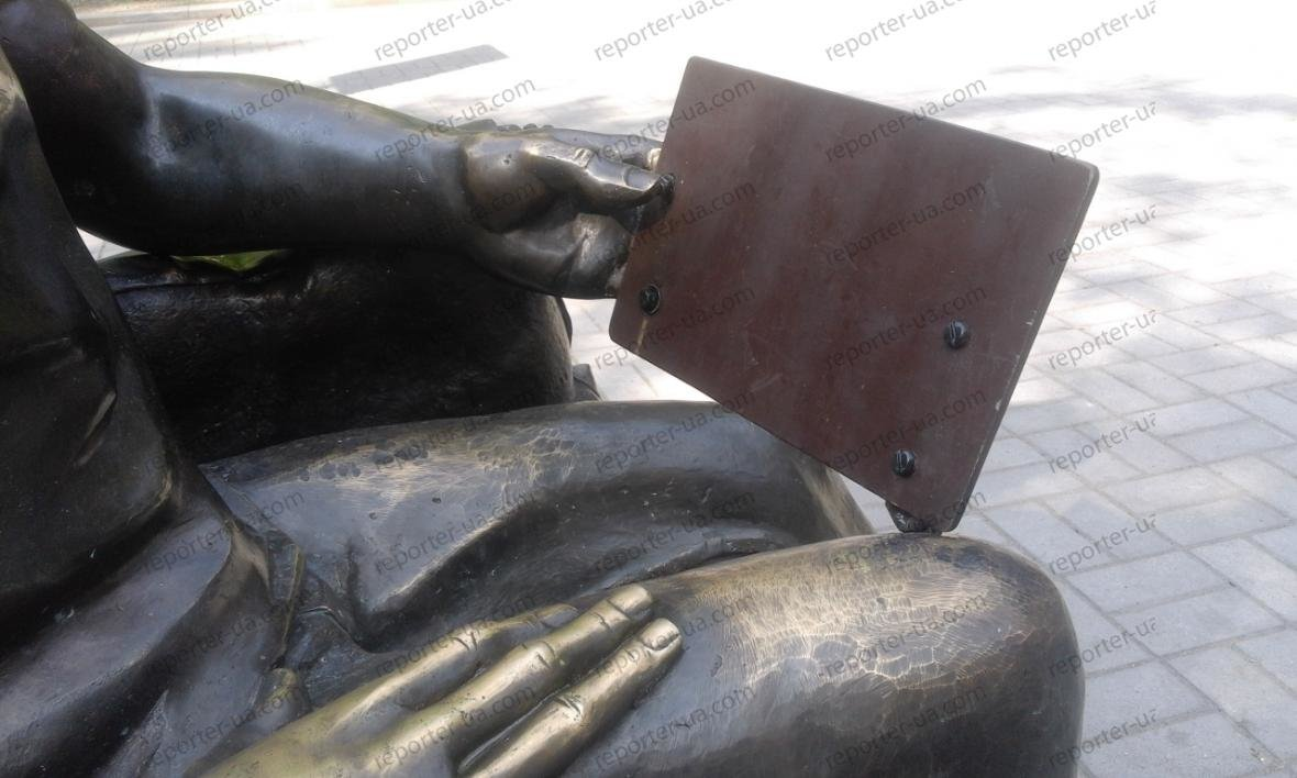 Памятнику студенту в Запорожье вернули украденный вандалами планшет, — ФОТО, фото-1