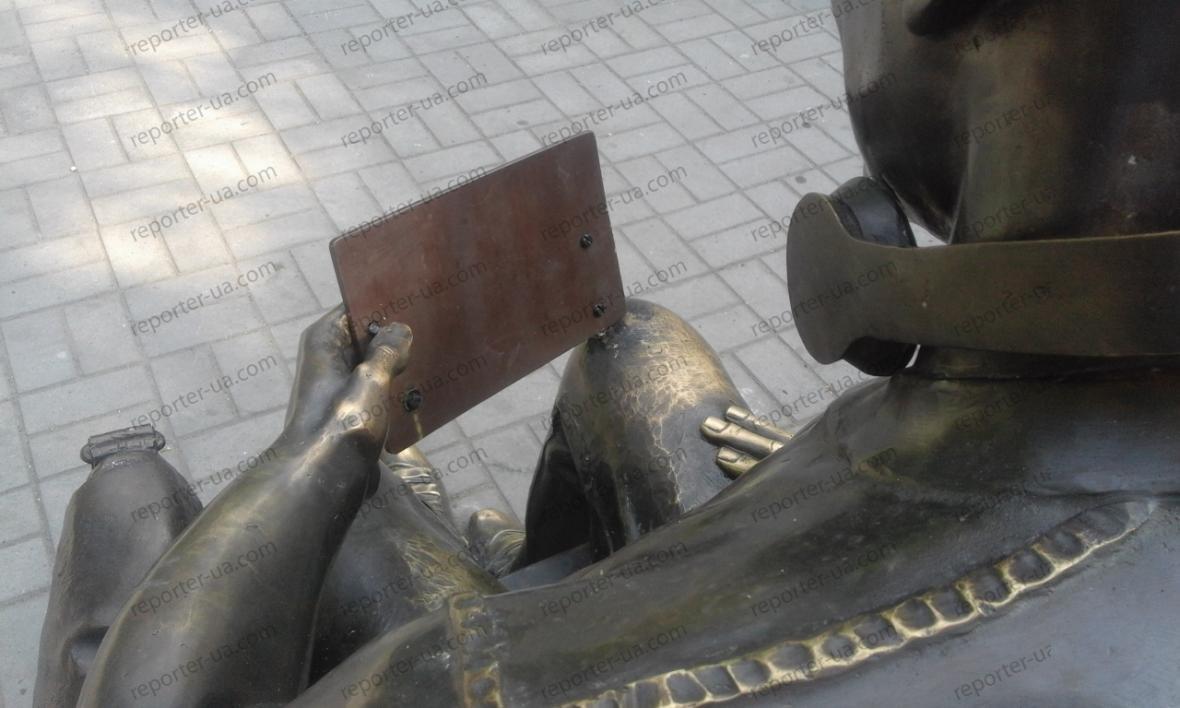 Памятнику студенту в Запорожье вернули украденный вандалами планшет, — ФОТО, фото-2