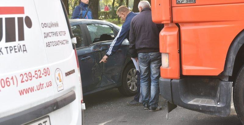 В центре Запорожья грузовик столкнулся с легковушкой, — ФОТО, фото-1