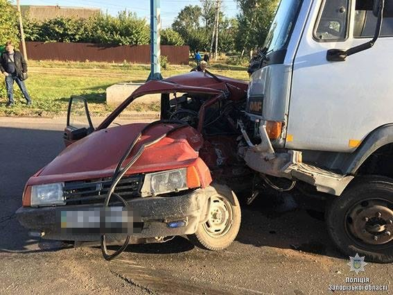 В Мелитополе грузовик столкнулся с легковушкой: постарадавший в реанимации, — ФОТО, фото-1