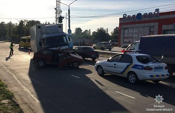 В Мелитополе грузовик столкнулся с легковушкой: постарадавший в реанимации, — ФОТО, фото-2