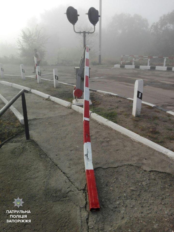 В Запорожье автомобилист снес шлагбаум на железнодорожном переезде, - ФОТО, фото-1