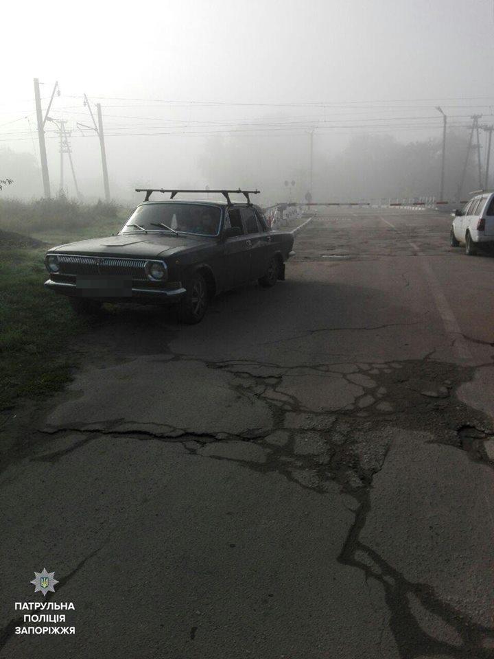 В Запорожье автомобилист снес шлагбаум на железнодорожном переезде, - ФОТО, фото-2