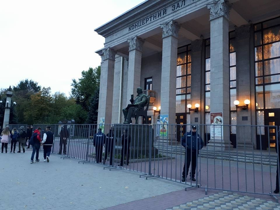 Концертный зал им. Глинки обнесли забором, чтобы активисты не сорвали концерт Сергея Бабкина, - ФОТО , фото-2