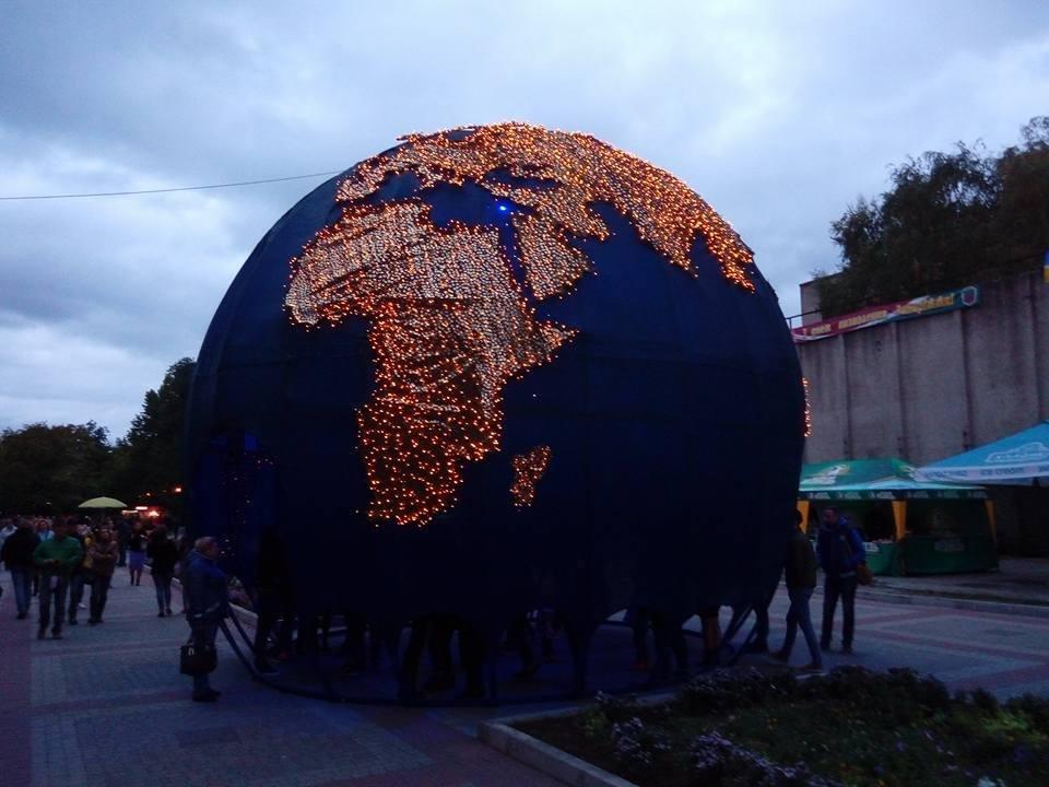 В парке Трудовой Славы зажгли гигантский глобус, - ФОТОФАКТ + ОПРОС, фото-1