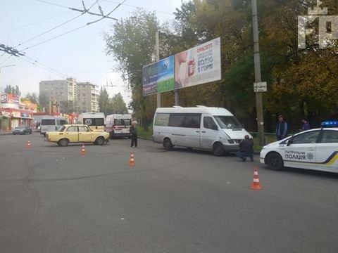 В Запорожье маршрутка столкнулась с легковушкой: есть пострадавшие, - ФОТО, фото-3