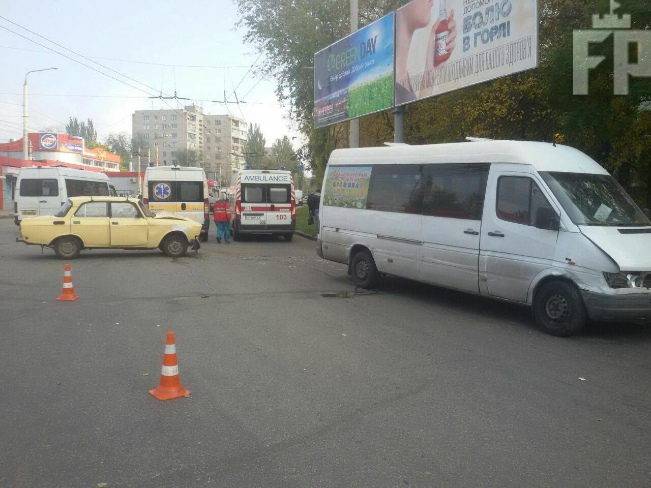 В Запорожье маршрутка столкнулась с легковушкой: есть пострадавшие, - ФОТО, фото-1