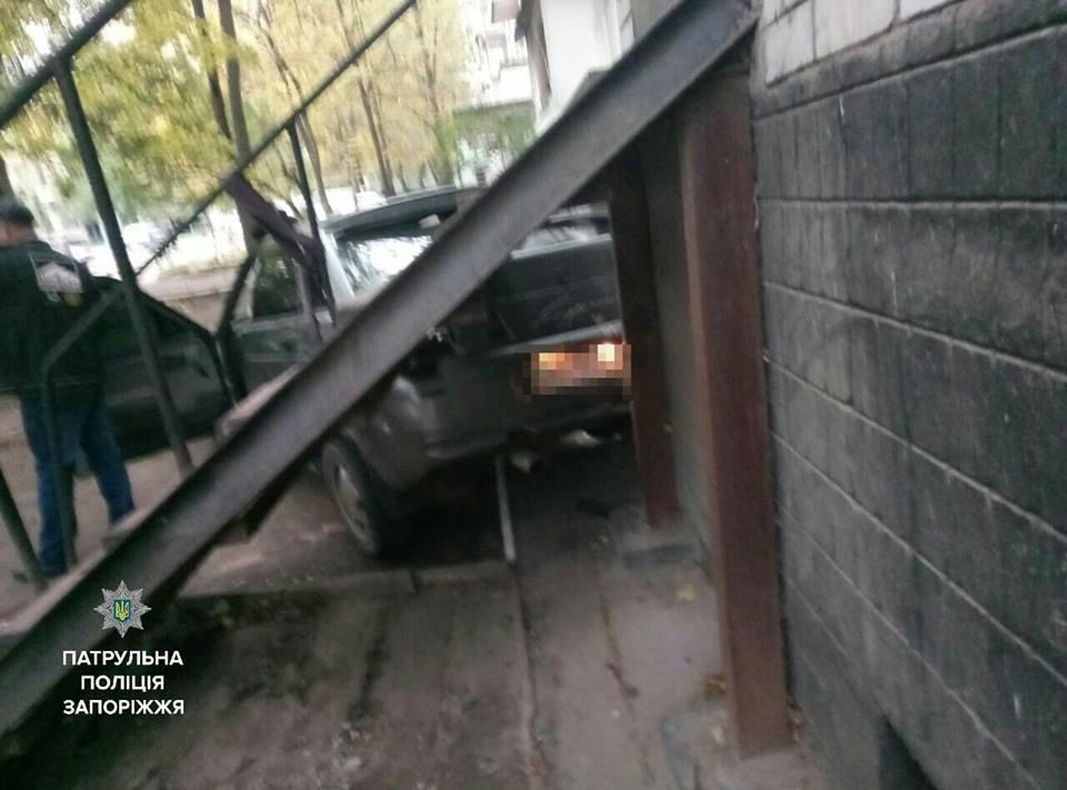 В Запорожье водитель, не имеющий прав, въехал в жилой дом, - ФОТО, фото-2