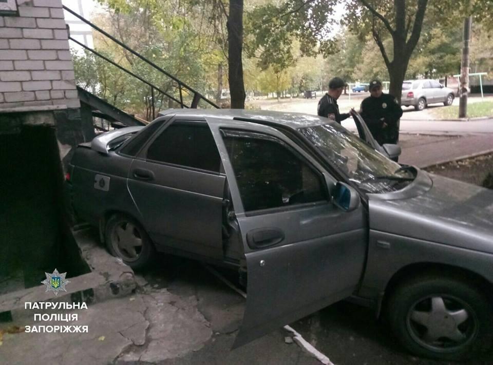 В Запорожье водитель, не имеющий прав, въехал в жилой дом, - ФОТО, фото-1