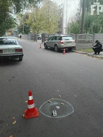 В Запорожье автомобиль, заезжая во двор, сбил мужчину - ФОТО, фото-1