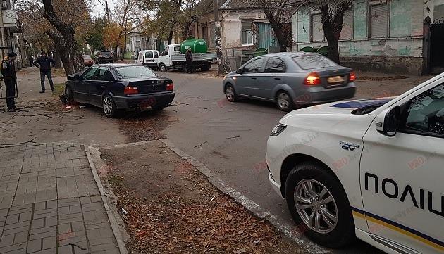 В Бердянске BMW на иностранных номерах влетело в дерево, – ФОТО, ВИДЕО, фото-2
