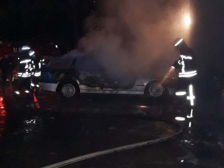 В Запорожье на бульваре Шевченко ночью сгорела иномарка, – СМИ, фото-2