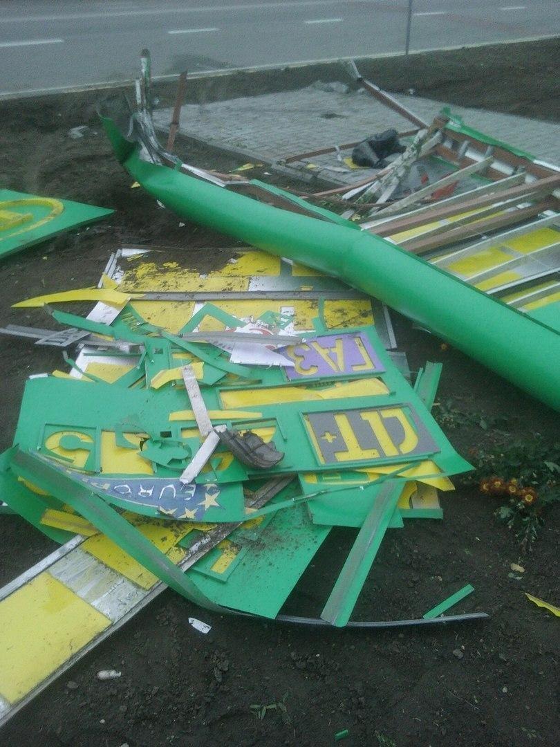 В Запорожской области ветер снес АЗС-табло, - ФОТО, фото-1