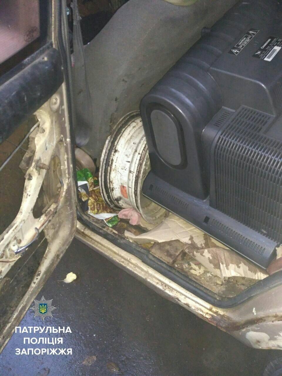 В Запорожье задержали мужчин, которые снимали колеса с автомобилей, - ФОТО , фото-2
