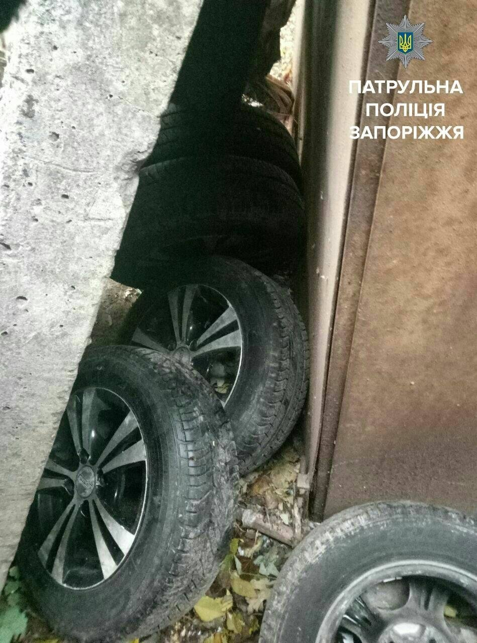 В Запорожье задержали мужчин, которые снимали колеса с автомобилей, - ФОТО , фото-5