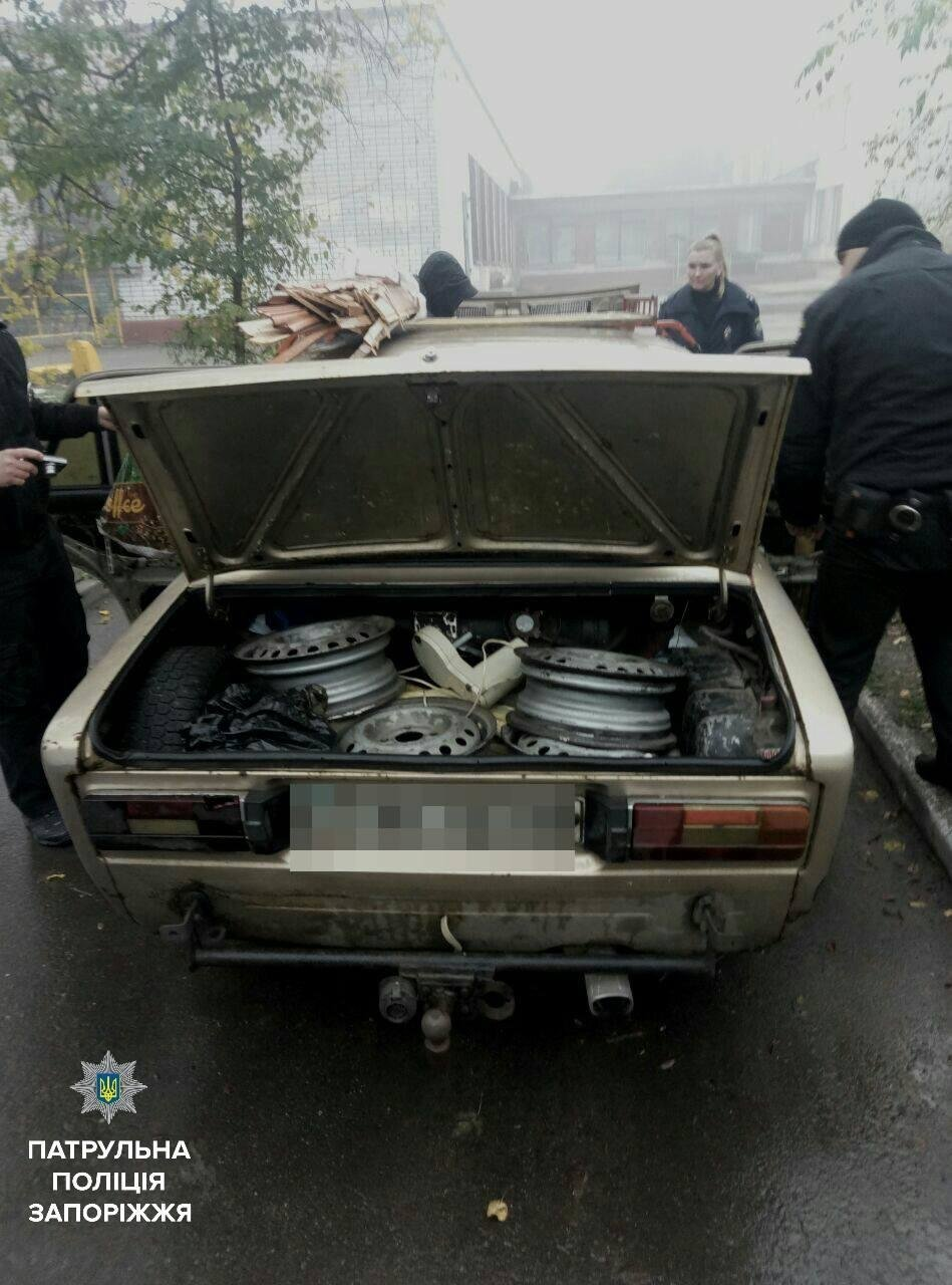 В Запорожье задержали мужчин, которые снимали колеса с автомобилей, - ФОТО , фото-1