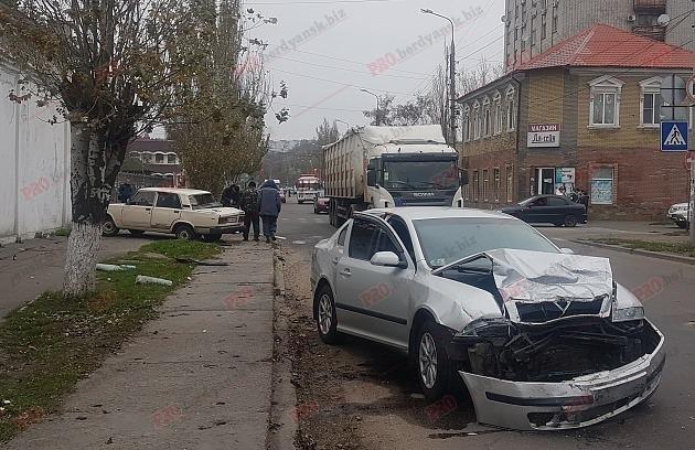 В Бердянске столкнулись два авто: водитель вылетел из лобового стекла, – ФОТО, фото-1
