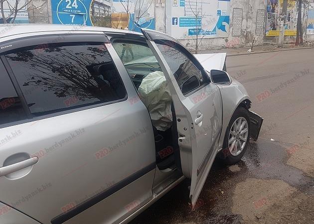 В Бердянске столкнулись два авто: водитель вылетел из лобового стекла, – ФОТО, фото-2